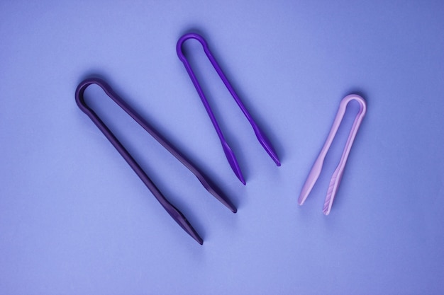 紫色の紙にキッチントング