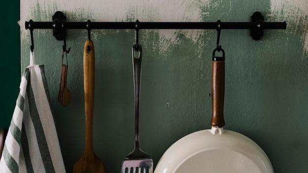 Utensili da cucina appesi al muro