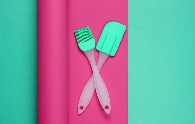 色付きの包まれた紙のキッチンツール