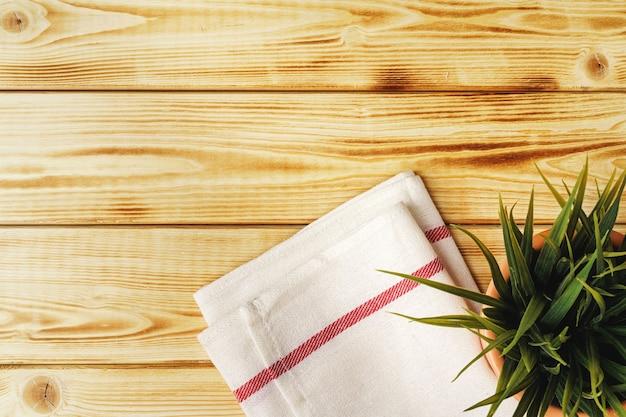 나무 테이블 위에 주방 수건 또는 냅킨. 확대.