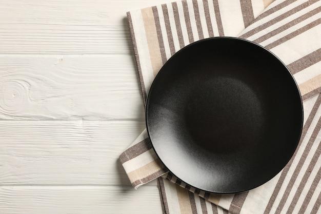 나무 배경, 평면도에 접시와 주방 수건