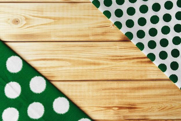 Кухонные полотенца над деревянным столом