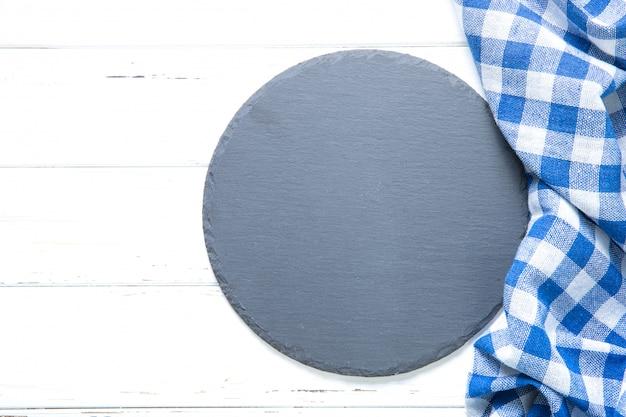 台所用品と木製のテーブルの上の布