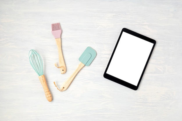 コピースペース付きの台所用品とメモ帳。健康的な食事、料理のアプリケーション、オンラインレシピ、インターネットクラスのコンセプト。モックアップ、上面図、フラットレイ