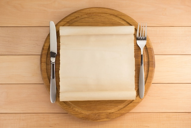 木製の背景のまな板で台所用品