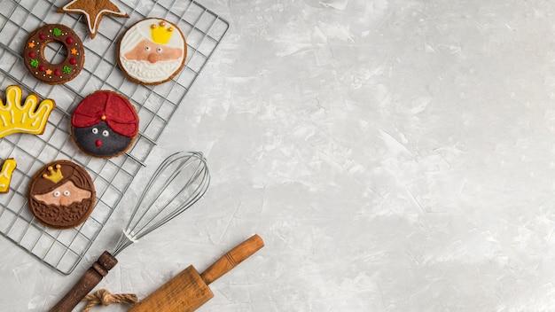 Utensili da cucina e biscotti copia spazio