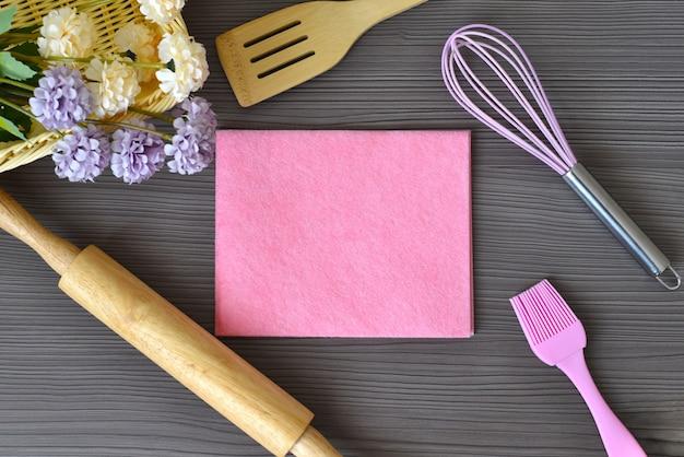 나무 테이블에 텍스트를위한 공간으로 빵집 주방 용품