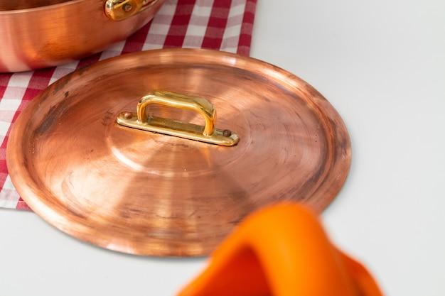 現代の家庭の台所のテーブルの上に台所用品
