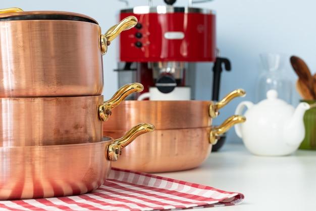 Кухонная утварь на современной домашней кухонной столешнице