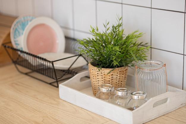 台所用品プレートと装飾的な植木鉢