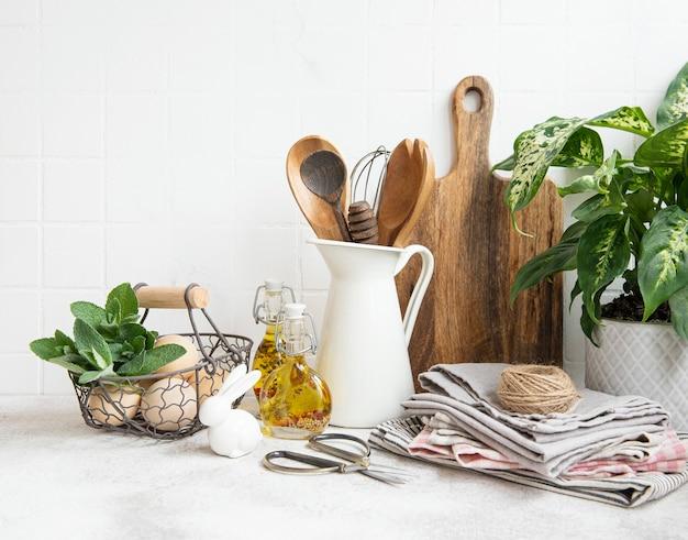 표면 흰색 타일 벽에 주방 용품, 도구 및 식기
