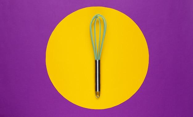 真ん中に黄色の円で紫色のキッチン泡立て器