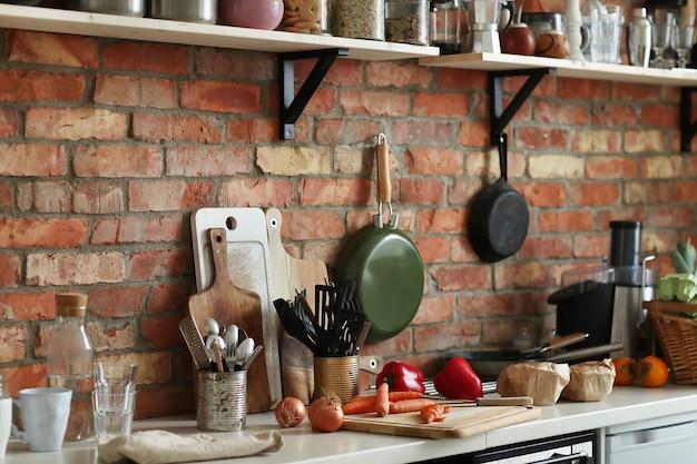 재료와 도구가있는 주방