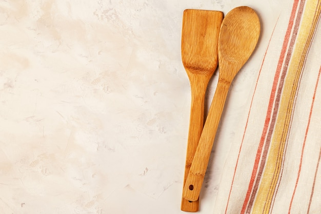 タオルと調理器具付きのキッチン