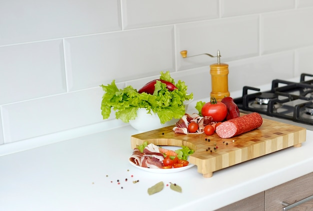 Кухонная деревянная доска со свежими ингредиентами