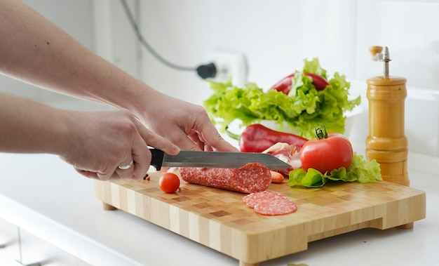 新鮮な食材を使ったキッチンの木板