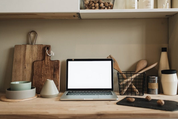 ノートパソコンを備えたキッチンワークスペース