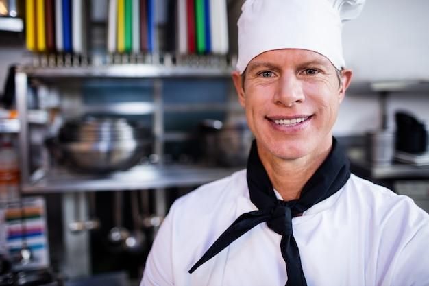 業務用kitchen房で笑顔のシェフの肖像画