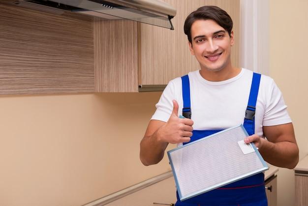 若い男がkitchen房機器の使用