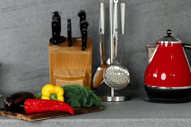 カウンタートップに野菜と台所用品とまな板