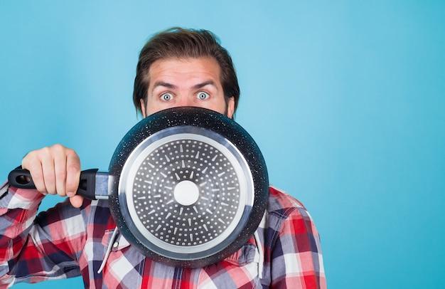 台所用品調理器具キッチン広告ひげを生やした男とフライパン男シェフと鍋フライパン