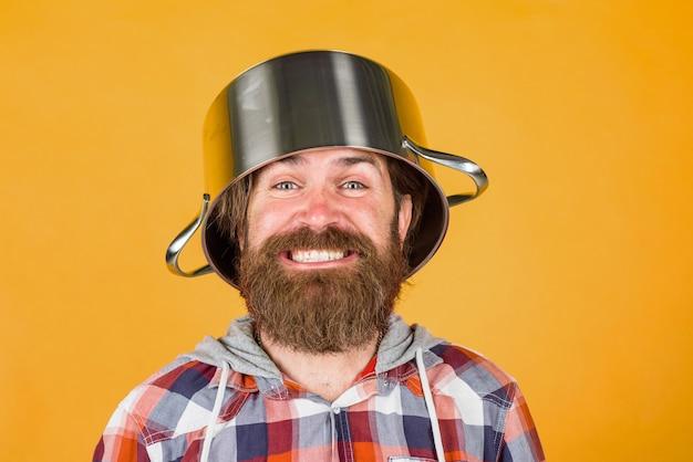 Кухонная посуда, инструменты для приготовления пищи, реклама кухни, бородатый мужчина с горшком на голове, мужчина, шеф-повар с горшком для приготовления пищи