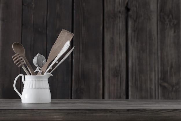 Кухонные принадлежности на старой деревянной стене