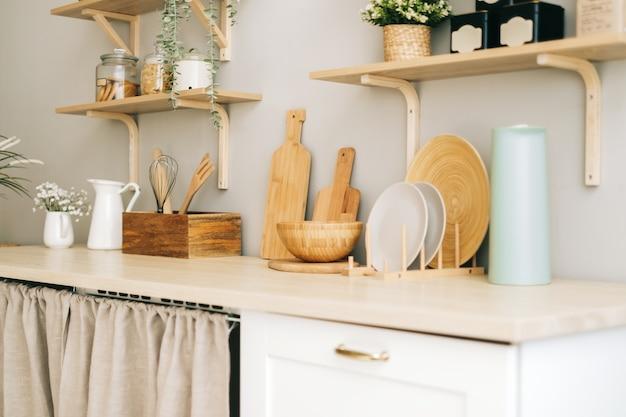 モダンな明るいキッチンの木製テーブルの台所用品