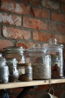 Utensili da cucina sul muro