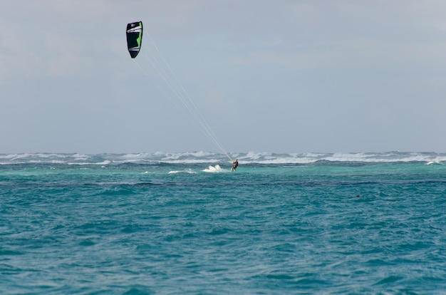 파도에 카이트 서핑.