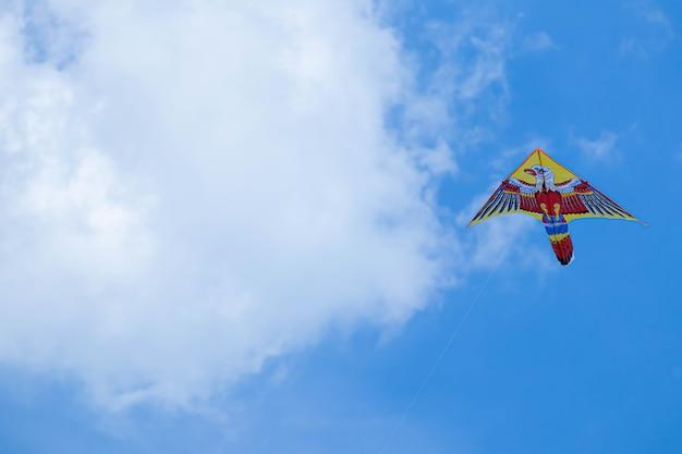 青い空と白い雲の凧。空の鳥。