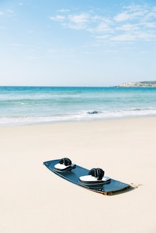 Кайтборд на пляже. концепция кайтсерфинга.