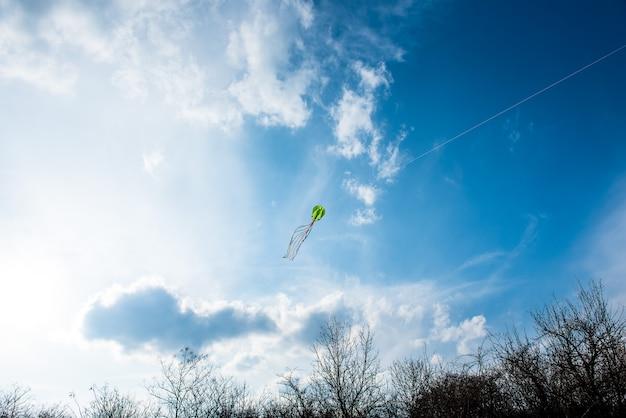 青い空の凧の色