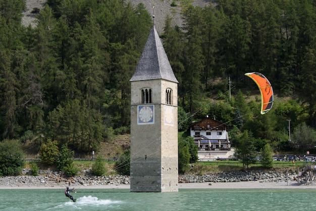 レッシェンゼーのカイトサーフィンと水中のベルタワー