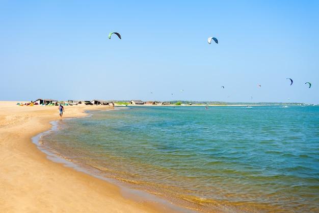 カルピティヤビーチでカイトサーファー
