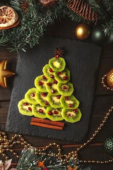 키위와 석류 크리스마스 트리