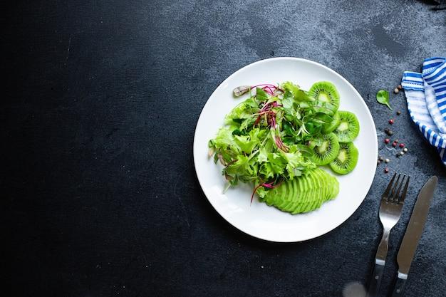 키위 아보카도 녹색 신선한 샐러드 믹스 잎 케토 또는 팔 레오 다이어트