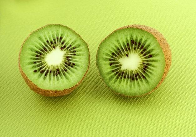 키위 과일 클로즈업. 키위 과일 조각. 질감, 키위의 배경입니다.