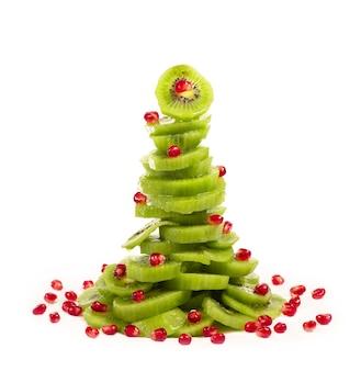 나무 모양의 석류 알갱이와 키위 과일 샐러드