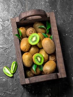 시골 풍 테이블에 나무 상자에 키위 프리미엄 사진