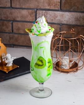 Молочный коктейль киви на столе
