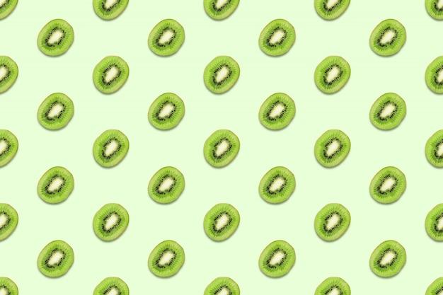 キウイスライスパステルグリーンのテーブルにシームレスパターン