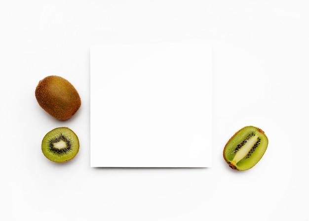 Kiwi su superficie bianca con una cornice per il testo