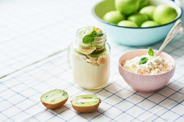 Йогурт киви, зеленые яблоки, творог со сметаной и мятой, вегетарианские десерты. здоровый завтрак. доброе утро. здоровая веганская еда. вегетарианские десерты, концептуальные сорта десертов