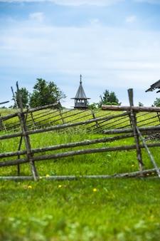 Остров кижи, россия. древняя деревянная религиозная архитектура. летний пейзаж