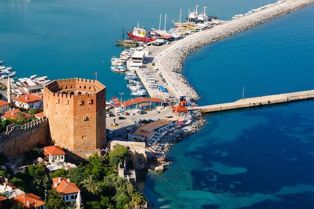 Башня кызыл куле на полуострове алания, район анталии, турция, азия. известное туристическое направление. османская империя.