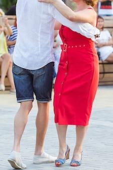 키좀바, 바차타 또는 살사 개념 - 야외 파티에서 사교 댄스를 추는 미인 커플