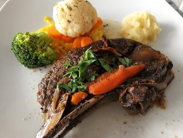 Клефтико блюдо кухни кипра. тушеное мясо ягненка с овощами, зеленью и картофельным пюре