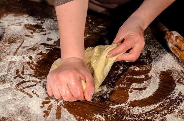 Замес теста для выпечки хлеба.