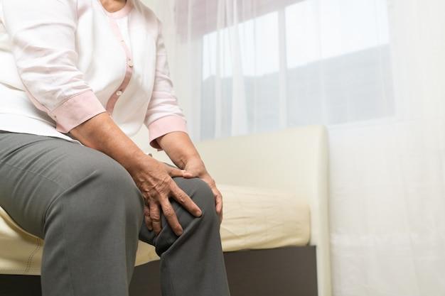 Боль в колене старухи дома, проблема здравоохранения старшей концепции